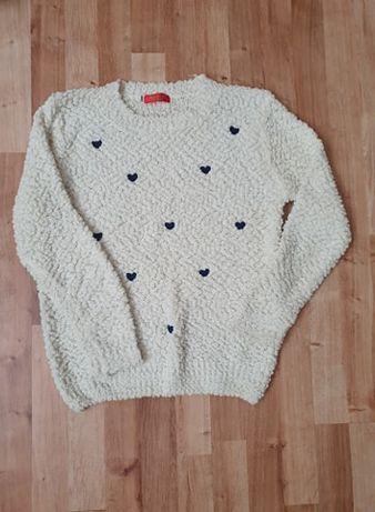 Biały sweter w serca