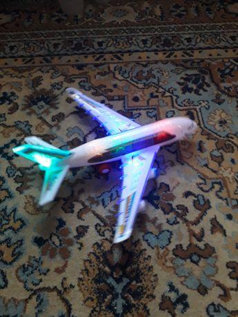 Самолет на батарейках модель(звук ,свет, движение)