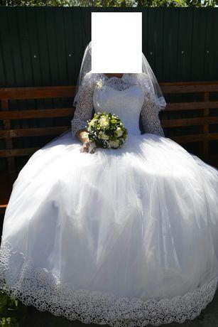 Продам весільну сукню. Розмір 44-46. Сукня не вінчана.