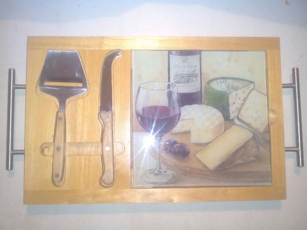 Tábua de Queijos com faca e cortador de queijo