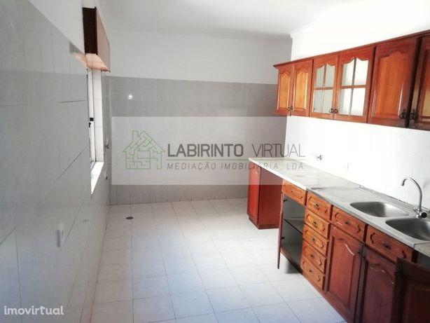 Apartamento T2, com boas áreas, na Tapadas das Mercês.