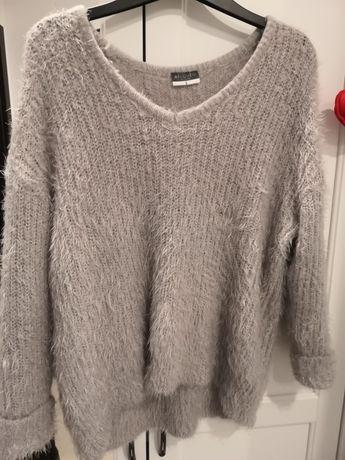 Piękny mieniący się sweterek z długim wlosiem S