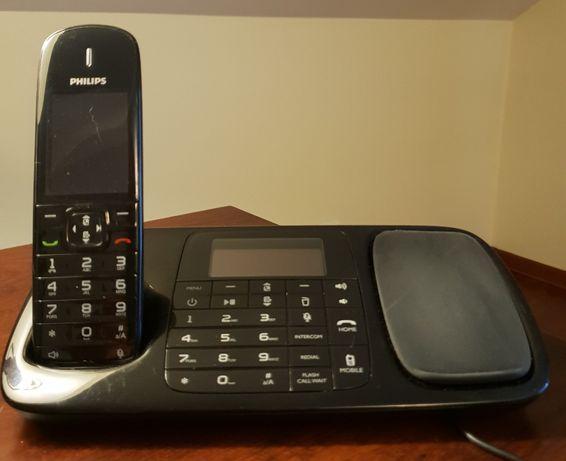 Telefon z bazą do ładowania smartfonów i podłączeniem 3 telefonów