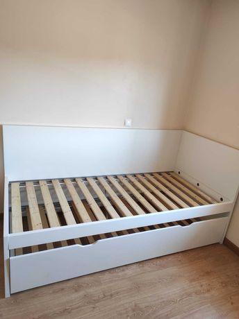 Cama dupla, branca, com oferta dos 2 colchões e dos 2 estrados