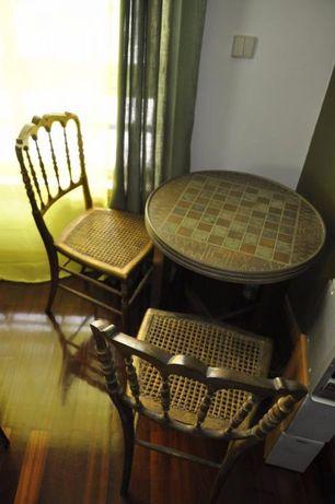Mesa antiga redonda,com 4 cadeiras