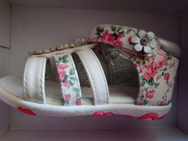 Sandałki w kwiatki dziewczęce 21