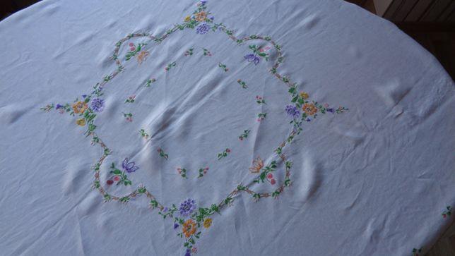 Lniany,Ręcznie haftowany obrus-125x125cm