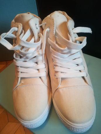 Białe butki na koturnie