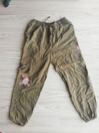 Spodnie materiałowe z kieszenią po boku i wyszywanymi kwiatami, khaki