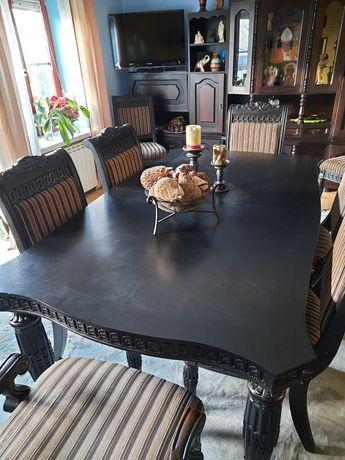 Stół drewniany pięknie zdobiony