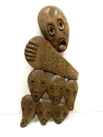 Rzeźba drewniana z Peru ciemny brąz wisząca na ścianie