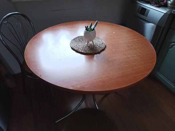 Stół kuchenny ze  stołkami.