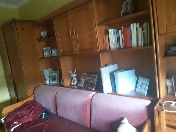 Estudio com.2 colchões escrivana e cadeira e roupeiro em.pinho maciço