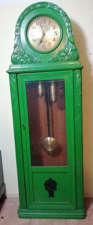 Stary debowy zegar w rzeźbionej szafie