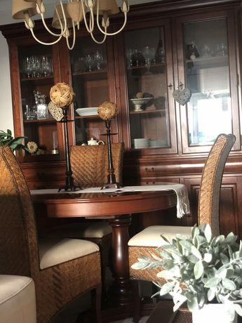 Móvel e mesa em cerejeira e cadeiras em palhinha