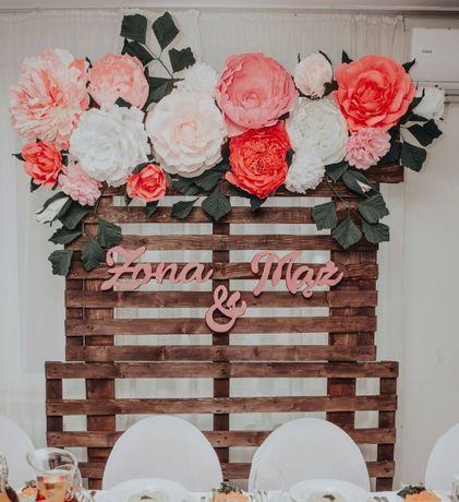 ścianka weselna ślubna ślub duże kwiaty papierowe palety dekoracja