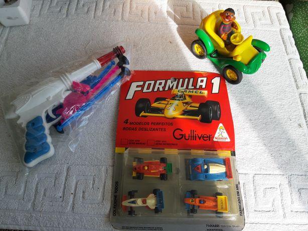 Vários brinquedos antigos
