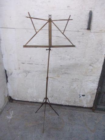 Zabytkowy metalowy statyw trójnóg na nuty