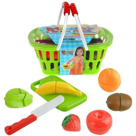 Kolorowy koszyk zakupowy z owocami do krojenia na rzep