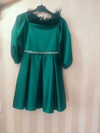 Нарядное платье с перьями