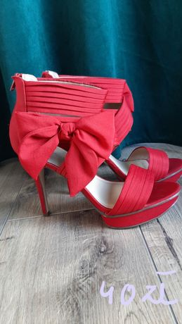 Zamszowe sandały na szpilce.