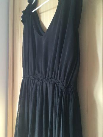 Sukienka czarna, cienka, na szerokich ramiączkach, plisowany dół