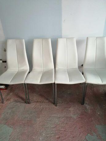Krzesła z białej ekoskory