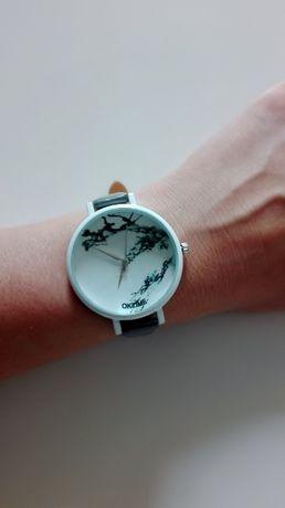 Szaro biały zegarek na rękę w marmurkowy motyw