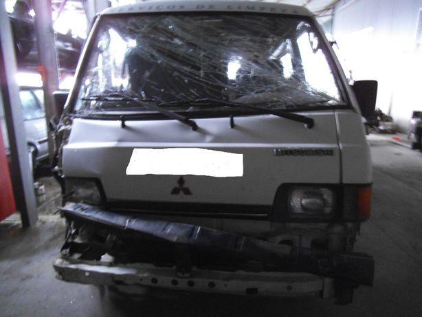 Mitsubishi L300 P15 acidentada