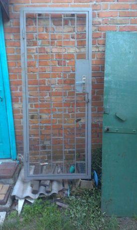Дверь с решеткой, коробкой и замком