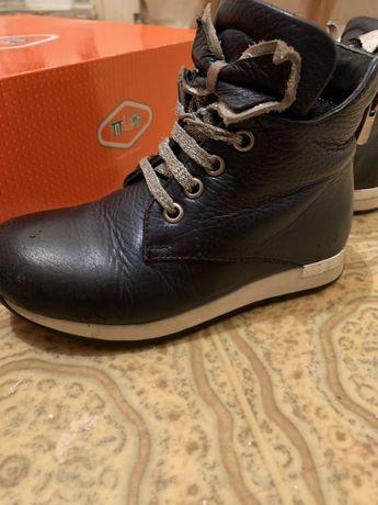 Продам осіннє дитяче взуття 26 розміру (чобітки), (сапоги)