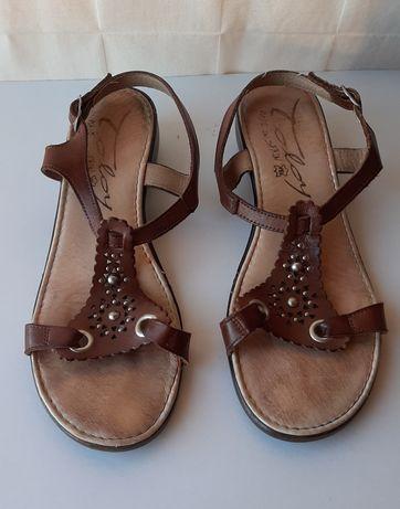 Sandálias castanhas de cunha e cabedal