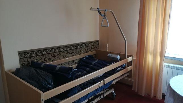 Łóżko rehabilitacyjne z materacem przeciwodleżynowym