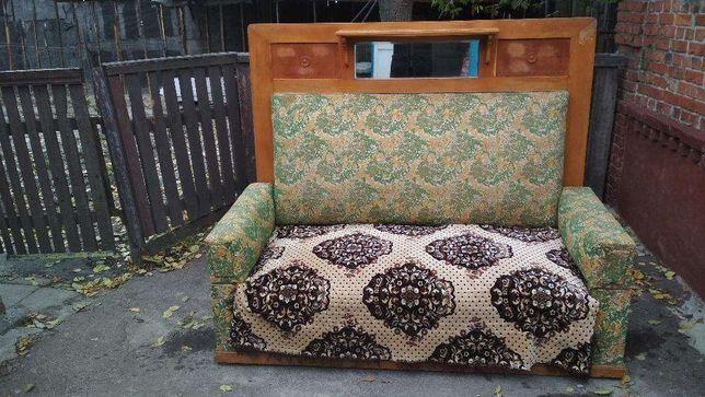 Аантикварный диван ХХ века