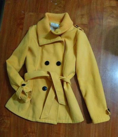 женское демисезонное пальто желтого цвета