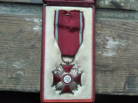 Krzyż zasługi PRL,wykopek strychowy