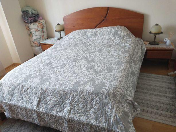 Cama de casal com colchão e mesas de cabeceira
