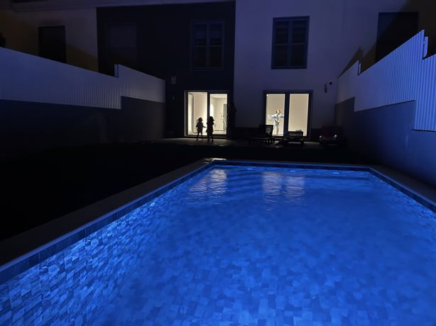 Moradia geminada de luxo com piscina.
