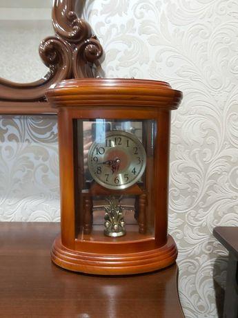 Красивые настольные каминные часы в деревянном корпусе