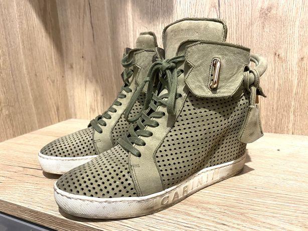 Sneakersy na koturnie Carinii