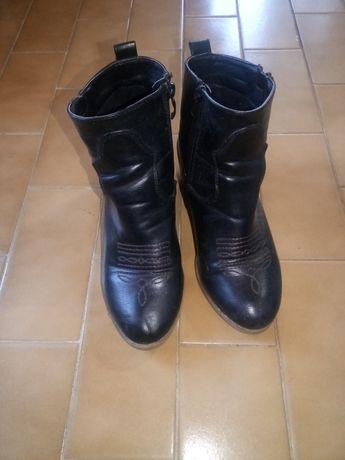 Botas com pequeno salto pretas