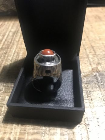 Stary srebrny pierścionek z koralem
