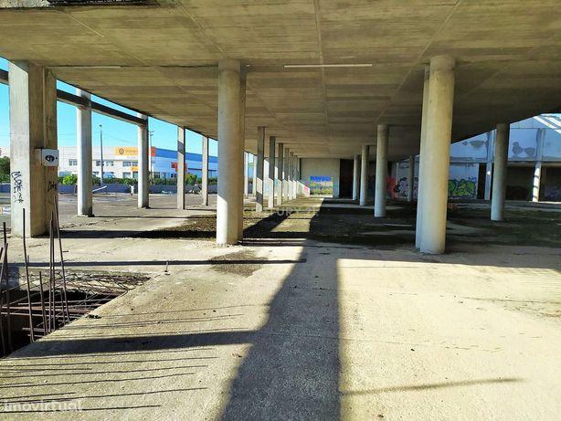 Armazém e Loja c/ 11.500 m2 de área de Construção