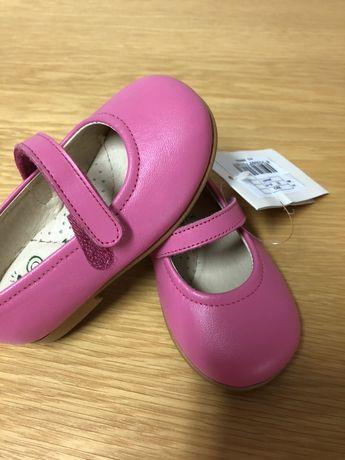 Vendo sapatos de menina em pele. Novos.