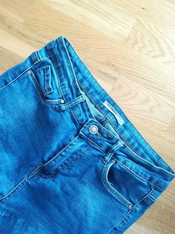 Elastyczne jeansy z dziurami