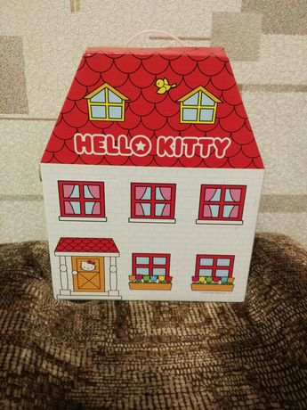 Домик Хелло Китти с мелкими игрушками.