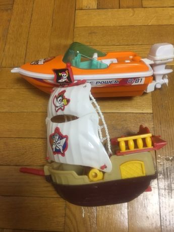 Моторная лодка и пиратская шхуна, катер