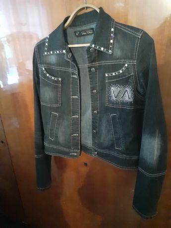 Джинсова куртка, чорного кольору