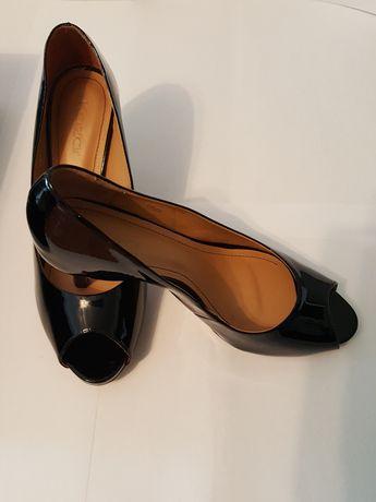 SZPILKI czarne lakierowane Kazar, czółenka odkryte palce, buty roz. 38