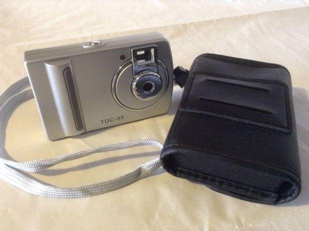 Maquina fotográfica mini TDC-35 com estojo.